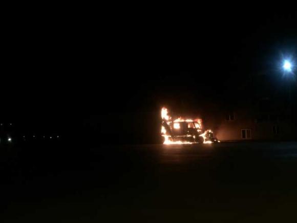 Xe container đỗ cạnh trạm xăng bốc cháy dữ dội trong đêm - 1