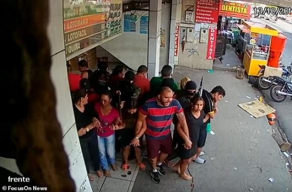 Brazi: Bắn chết  bắn chết 4 tay súng bắt 25 con tin làm lá chắn sống - 3