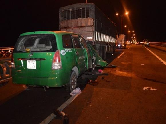 3 người trên taxi tử vong sau cú tông vào xe tải đang dừng - 1