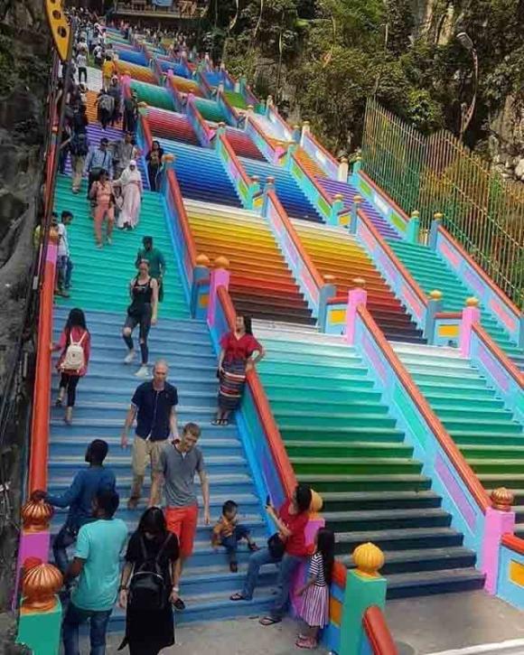 Vượt 272 bậc thang cầu vồng để đến ngôi đền cầu được ước thấy - 3
