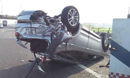 Nhiều người khóc gào trong ô tô lật ngửa trên cao tốc sau va chạm
