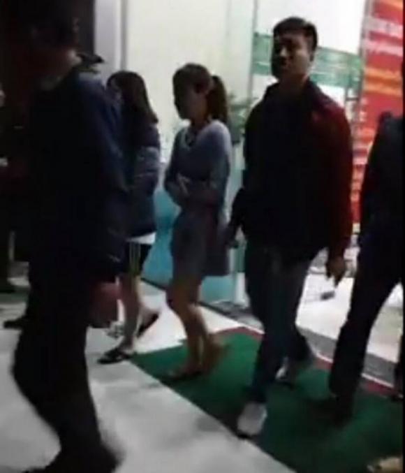 Hai cô gái cùng nam thanh niên được công an đưa ra khỏi chung cư Linh Đàm sau khi cháu bé bị rơi xuống đất.