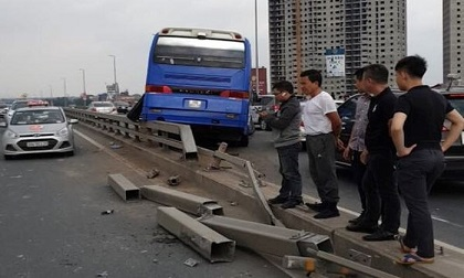 Xe khách đâm vào dải phân cách cầu Nhật Tân, hàng chục người thoát chết