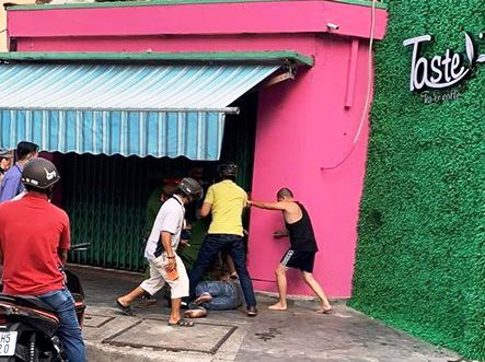 NÓNG: Đâm gục chủ tiệm gạo, khống chế người khác làm con tin - 3