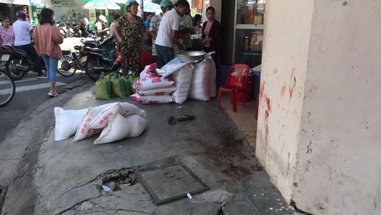 NÓNG: Đâm gục chủ tiệm gạo, khống chế người khác làm con tin - 5