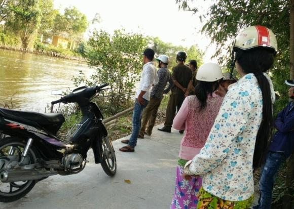 Tin nhanh - Thi thể người đàn ông đội mũ bảo hiểm trôi dưới kênh ở Cà Mau
