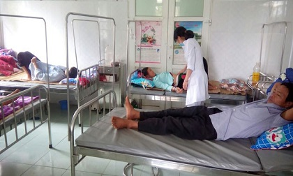 Mổ trâu liên hoan nhà mới, 42 người phải nhập viện