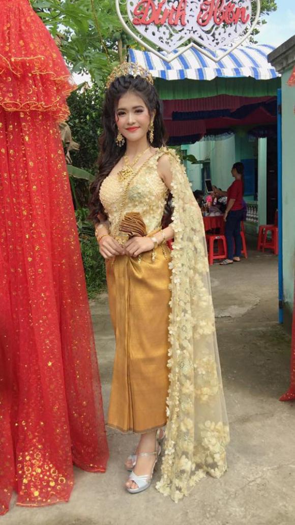 Trang phục đặc biệt của cô dâu gây chú ý.