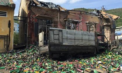 Lửa thiêu rụi nhà kho, hàng nghìn chai xịt muỗi bất ngờ phát nổ