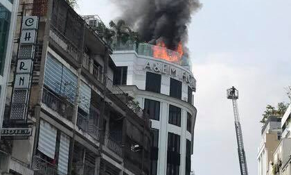 Khách sạn giữa trung tâm Sài Gòn cháy dữ dội, khách hoảng loạn tháo chạy