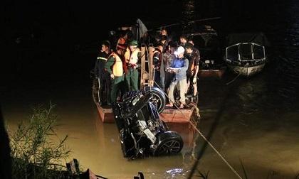 Vụ ô tô rơi sông Hồng: Tìm thấy giấy tờ của người đàn ông, nghi vấn là người thứ 3 trong vụ tai nạn?
