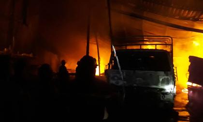 Cháy dữ dội công ty gỗ, dân bỏ chạy tán loạn thoát thân