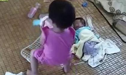 Bé gái 10 tuổi kể lại việc cố tình giết em bé 6 tháng khiến ai cũng rùng mình
