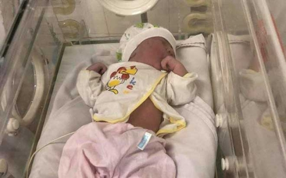 Phát hiện bé gái vừa chào đời bị bỏ trong túi nilon - 1