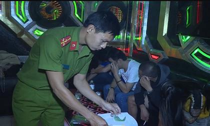 Hàng chục nam thanh nữ tú 'chơi' ma túy, nhẩy múa điên cuồng trong quán karaoke