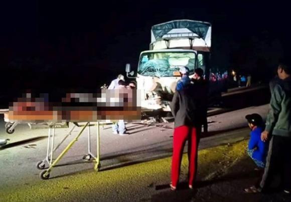 Xe máy kẹp 3 va chạm xe tải, 3 người tử vong tại chỗ - 1
