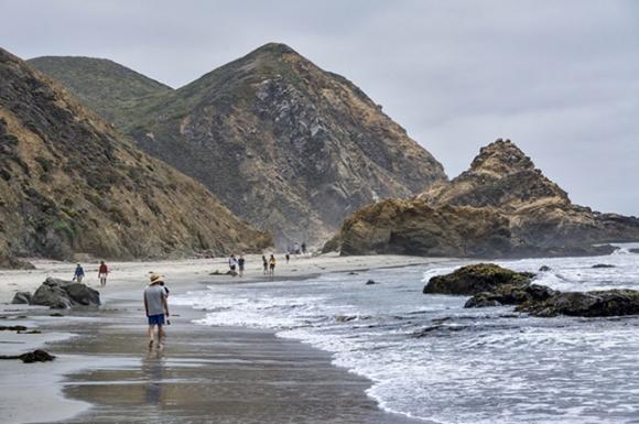 Những bãi biển tuyệt đẹp có màu cát kỳ lạ - 1