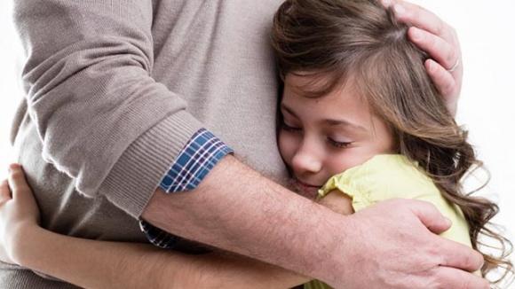 Muốn con thông minh, sống tình cảm bố mẹ nên nói những câu này mỗi ngày - 1