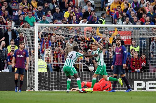 Messi trở lại, Barcelona thua tệ hại Real Betis ở Nou Camp - Ảnh 2.