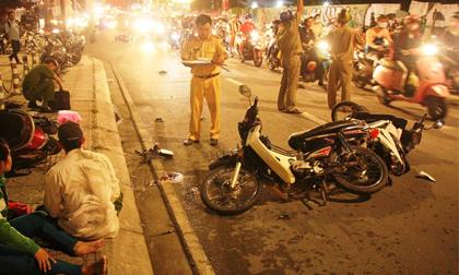 'Ô tô điên' cuốn hàng loạt xe máy vào gầm, nhiều người thương vong