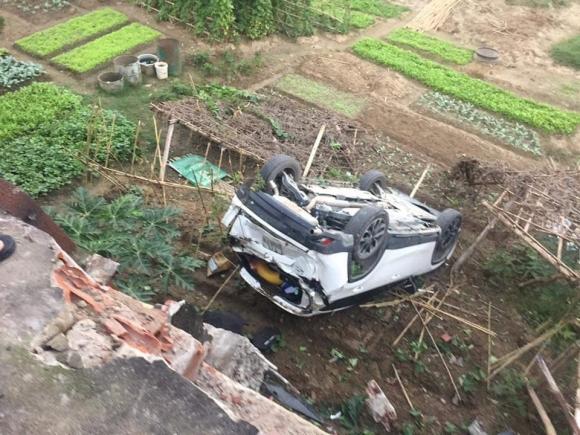 Ô tô bay khỏi cầu sau cú lùi xe kinh hoàng của nữ tài xế - 1