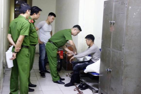 Lực lượng chức năng bắt giữ đối tượng gây án.