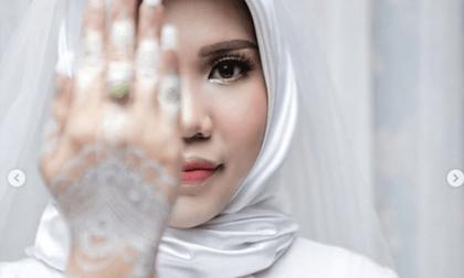 Cô dâu trang điểm lộng lẫy tổ chức lễ cưới một mình, biết lý do ai cũng đau lòng