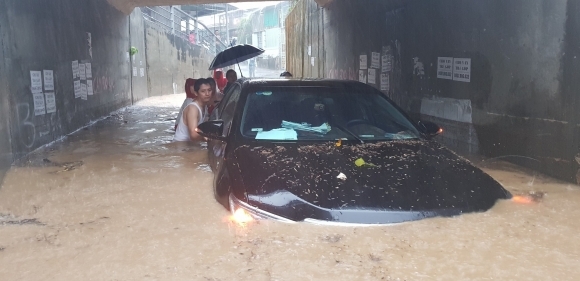 Ngập lụt kinh hoàng ở TP.Nha Trang: Ô tô bơi như tàu ngầm, đồ vật trong nhà chìm trong biển nước