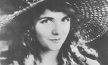 Cái chết bí ẩn của nữ diễn viên xinh đẹp khiến danh hài nổi tiếng điêu đứng, hé lộ bí mật đen tối ở Hollywood