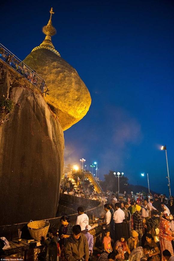 Hòn đá thiêng bằng vàng ở Myanmar và bí mật ẩn chứa bên trong - 3