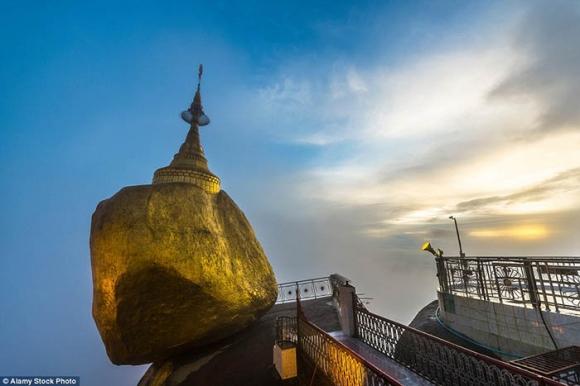 Hòn đá thiêng bằng vàng ở Myanmar và bí mật ẩn chứa bên trong - 9