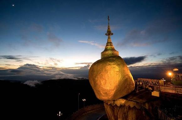 Hòn đá thiêng bằng vàng ở Myanmar và bí mật ẩn chứa bên trong - 1