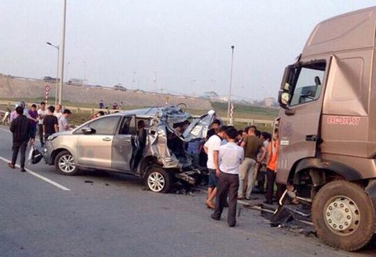TAND Cấp cao hủy 2 bản án vụ xe container tông Innova lùi trên cao tốc để điều tra lại - Ảnh 1.