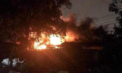 Bình Dương: Xảy ra cháy lớn dưới trời mưa bão