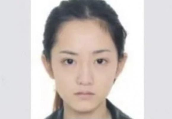 """Nữ tội phạm Qingchen Jingjing """"nổi như cồn"""" trên mạng xã hội vì vẻ ngoài xinh đẹp."""