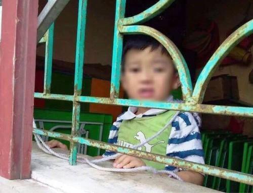 Xót xa hình ảnh bé trai 4 tuổi bị buộc dây vào cổ, nhốt trong lớp học - 1