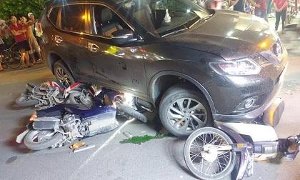 TP.HCM: Ô tô chạy lùi kéo loạt xe máy vào gầm, nhiều người nhập viện