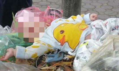 """Phát hiện bé trai kháu khỉnh bị """"bỏ quên"""" trên xe rác ở Hà Nội"""