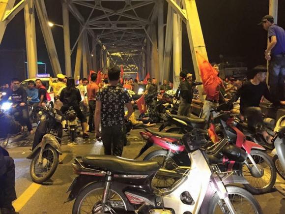 Ẩu đả, tai nạn giao thông liên tiếp trong đêm đi bão mừng chiến thắng của đội tuyển Việt Nam