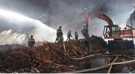 Tin nhanh - 'Bà hỏa' ghé thăm, hơn 3.000m2 nhà xưởng gỗ bị thiêu rụi