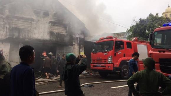 Cháy lớn kho hàng 2.000 m2 gần chợ Vinh, người dân hoảng sợ tháo chạy - Ảnh 2.