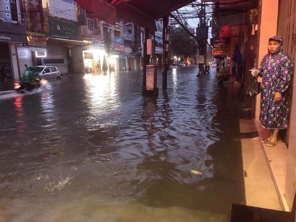 Đà Nẵng phố biến thành sông, hàng loạt nhà dân ngập trong biển nước - 2