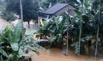 Hàng ngàn nhà dân ở Bình Định bị lũ bao vây, nước chảy qua đập như thác