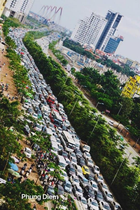 Kinh ngạc hàng trăm ô tô đứng sát nhau, kẹt cứng không lối thoát ở Hà Nội - Ảnh 2.