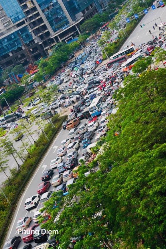 Kinh ngạc hàng trăm ô tô đứng sát nhau, kẹt cứng không lối thoát ở Hà Nội - Ảnh 7.