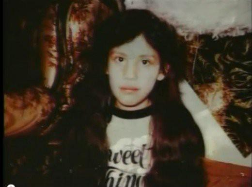 Vụ mất tích kỳ lạ nhất thế giới: Bé gái 9 tuổi biến mất sau cánh cửa, manh mối duy nhất là mẹ đẻ cũng đột ngột chết bí ẩn - Ảnh 1.