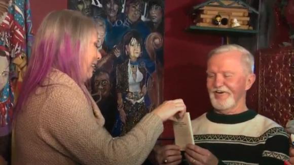 Năm 1971 được bạn gái tặng quà rồi đòi chia tay, 47 năm sau ông chú mới mở ra xem khiến dư luận tò mò hóng bằng được - Ảnh 3.