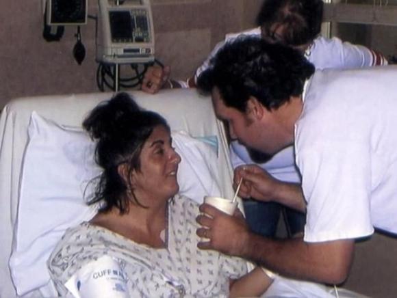Không nỡ nhìn vợ sống đời thực vật, chồng đau đớn rút ống thở rồi chẳng ngờ với cảnh tượng trước mắt, đến đội ngũ y tế cũng sững sờ - Ảnh 4.