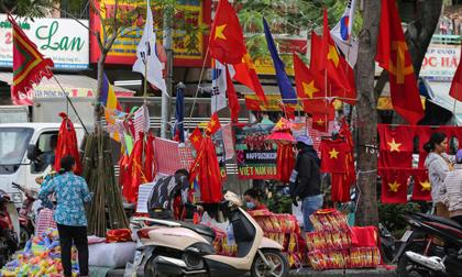 Người TP.HCM nườm nượp mua sẵn cờ, áo đỏ cổ vũ tuyển Việt Nam