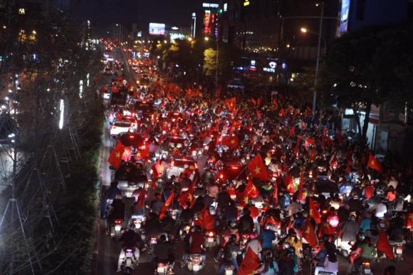 Người Việt có một tình yêu bóng đá kỳ lạ như thế - 2
